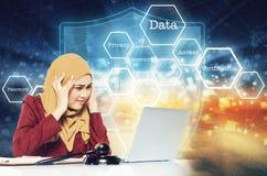 Belasta unga kvinnor för framsidauttryckt som framme sitter hennes bärbar dator över abstrakt bakgrund Royaltyfri Bild