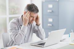 Belastad affärsman med huvudvärk Arkivfoton