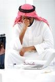 belastad arabisk affärsman Arkivbild