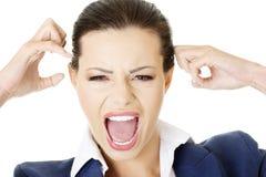 Belastad eller ilsken affärskvinna som loud skriker fotografering för bildbyråer