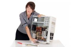 Belastad kvinna och dator Arkivbild