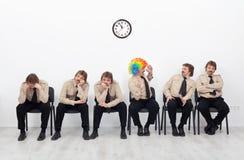 Belastat folk som väntar en jobbintervju arkivfoton