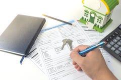Belasten Sie Anmeldeformular, Draufsicht, Hausmodell, Notizbuch, calc hypothekarisch Stockfotografie
