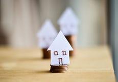 Belasten Sie Konzept durch Geldhaus von den Münzen hypothekarisch Stockfotografie