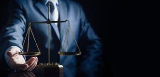 Belasten Sie Skala von Gerechtigkeit, Rechtsanwalt im Hintergrund stockbild