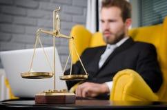 Belasten Sie Skala von Gerechtigkeit, Rechtsanwalt im Hintergrund stockfotos