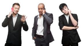 Belasteter nachdenklicher und glücklicher Geschäftsmann, der durch bewegliches telepho nennt Stockbilder