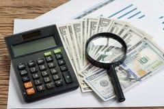 Belasting, die naar opbrengst of financieel verslagoverzichtsconcept zoeken, mag stock afbeelding