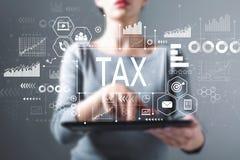 Belasting met vrouw die een tablet gebruiken royalty-vrije stock afbeelding