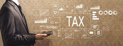 Belasting met zakenman die een tabletcomputer houden stock foto's