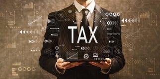 Belasting met zakenman die een tabletcomputer houden stock foto