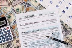 belasting 1040 van met ons dollarbankbiljet, pen Royalty-vrije Stock Afbeeldingen