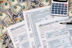 belasting 1040 van met ons dollarbankbiljet, pen en calculator Royalty-vrije Stock Afbeeldingen