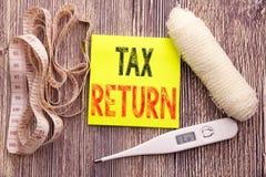Belastingaangifte Het concept van de bedrijfsgeschiktheidsgezondheid voor de geschreven kleverige nota van het Boekhoudingsgeld T stock foto
