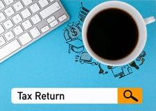 Belastingaangifteconcept Koffiemok en computertoetsenbord op een blauwe achtergrond Stock Fotografie