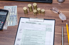 Belastingaangiftevorm met geld en pen Royalty-vrije Stock Fotografie