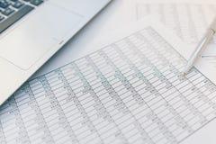 Belastingen en boekhouding Samenvattende tabel Pen en notitieboekje op documenten met berekeningen stock foto
