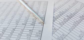 Belastingen en boekhouding Samenvattende tabel Pen en notitieboekje op documenten met berekeningen stock fotografie