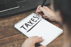 Belastingen op notitieboekje stock afbeeldingen
