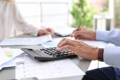 Belastingsaccountants die met documenten werken stock foto