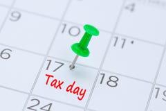 Belastingsdag op een kalender met een groene duwspeld die wordt geschreven om eraan te herinneren yo Royalty-vrije Stock Foto's