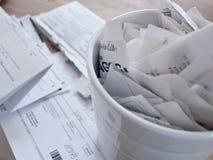 Belastingsdocumenten en ontvangstbewijzen op een lijst worden uitgespreid die Stock Afbeelding