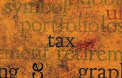 Belastingstekst op grungeachtergrond Stock Afbeeldingen