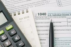 Belastingstijd in April-concept, pen op de individuele inkomstenbelasting van de 1040 V.S. Stock Fotografie