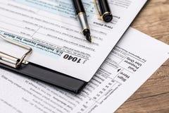 1040 belastingstijd met pen Stock Foto