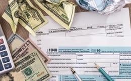 Belastingstijd - U S belastingaangifte 1040 voor het jaar van 2017 met pen, dollar Stock Afbeeldingen