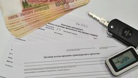 Belastingsverklaring en Contract van verkoop van de auto De sleutels tot de auto en vijf duizend nota's Stock Afbeeldingen