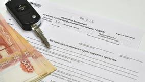 Belastingsverklaring en Contract van verkoop van de auto De sleutels tot de auto en vijf duizend nota's Stock Afbeelding