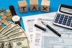 Belastingsvorm 1040 met belastings op inkomen contant geld Royalty-vrije Stock Afbeeldingen