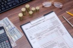 1040A belastingsvorm met geld, calculator, pen Stock Foto's