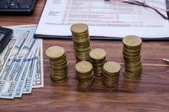 Belastingsvorm met geld, calculator, pen Royalty-vrije Stock Afbeelding