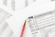 Belastingsvorm 1040 voor de individuele belastingaangifte van de V.S. met pen Royalty-vrije Stock Foto's