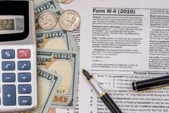 belastingsvorm w4 met pen en ons dollar Stock Afbeelding