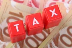 Belastingswoord met geld Stock Foto