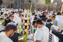 Belastning av en Sefer Torah för bön Royaltyfri Foto
