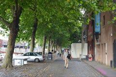 Belaubte Stadt-Straße Stockfoto