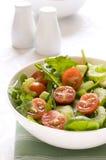 Belaubter grüner Mischsalat mit Kirschtomaten Stockfotos