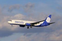 Belavia Boeing 737-800 flygplan på bakgrunden för molnig himmel Arkivfoton