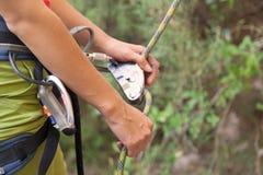 Belayer fêmea com a corda Foto de Stock Royalty Free