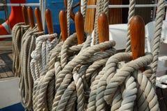 Belaying stift, säkrade linjer, segelbåt Arkivfoto
