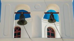 Belces en una torre de una iglesia ortodoxa griega en la ciudad de Oia Imagen de archivo libre de regalías