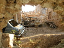 Belchite, España bombardeó los coches fotos de archivo