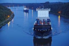 Beldorf (Duitsland) - Containerschip in (retoucheerd) Kiel Canal Stock Foto's