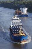 Beldorf (Duitsland) - Vrachtschip in (retoucheerd) Kiel Canal Stock Afbeeldingen