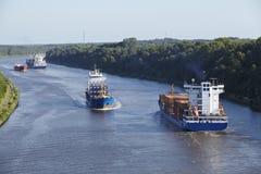 Beldorf (Tyskland) - skyttlar på (retuscherade) Kiel Canal, Arkivbild