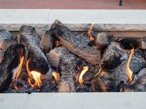 Bele siedzi wewnątrz otwierali ogień w białym kamiennym firepit fotografia royalty free